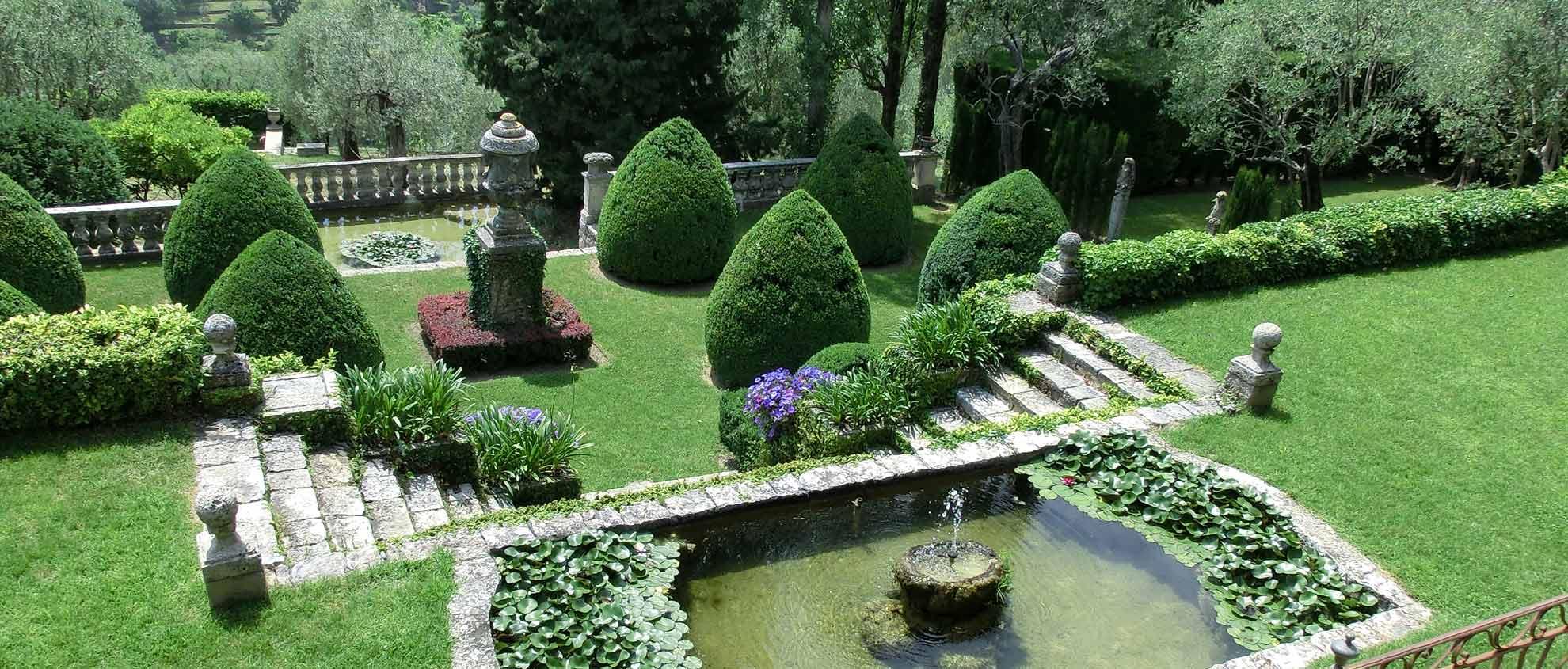 Schlossgarten mit Brunnen und Treppe