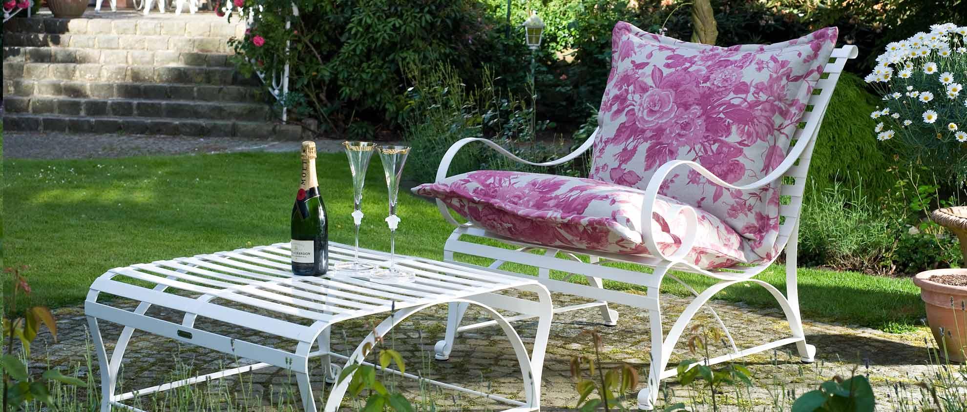 Gartensessel aus Edelstahl in Weiß und Rosa